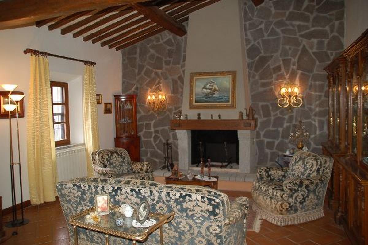 Parete attrezzata per taverna rustica for Salotto rustico